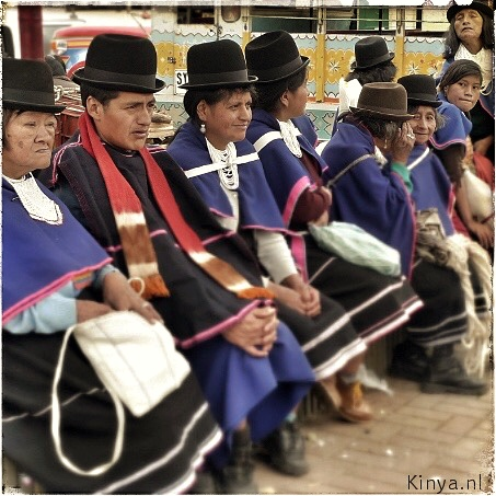 Guambiano indianen wachten op de bus.