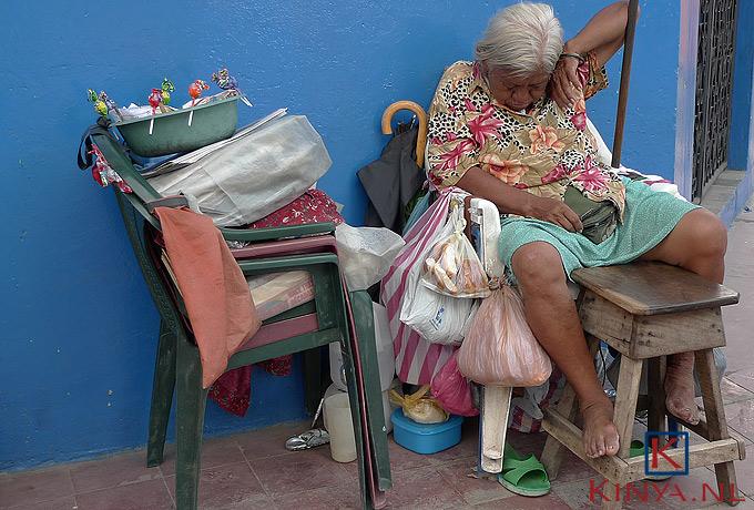 Slapende straatverkoopster in Granada, Nicaragua